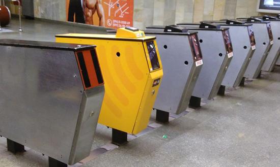 Как платить телефоном Андроид и Айфон в метро